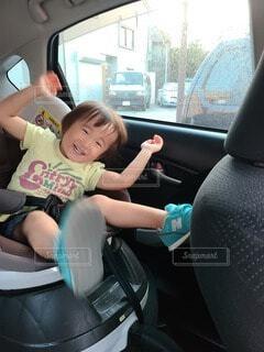 車の座席に座っている小さな男の子の写真・画像素材[3649060]