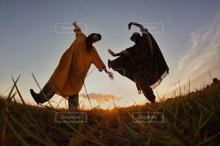 草原の上で夕陽と共にの写真・画像素材[3606776]
