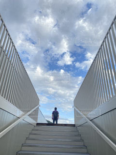 空を見上げる人の写真・画像素材[3444942]