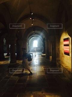 北欧のお城の地下を歩く若い女性の写真・画像素材[3467055]
