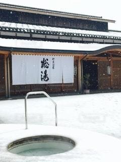 和倉温泉の総湯、しんしんと降る雪の積もった真っ白な風景の写真・画像素材[3511154]