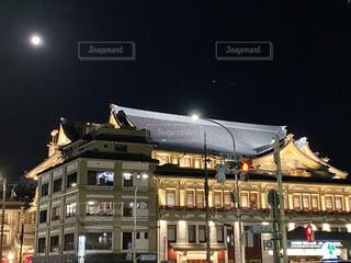 満月の下、ライトアップされて神々しく輝く京都南座の写真・画像素材[4071099]