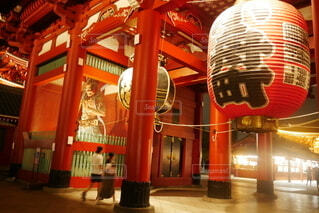 ライトアップされた浅草寺の赤提灯門を通る男女の後ろ姿の写真・画像素材[4642155]