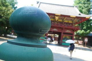 橋の欄干のクローズアップ、神社境内で日傘をさす女性の後姿の写真・画像素材[4642179]