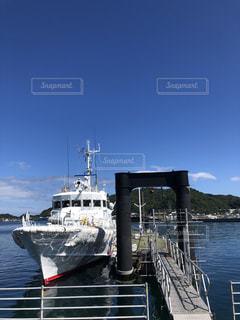 穏やかな海に係留された船の写真・画像素材[3579593]