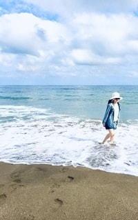 浜辺に立っている女の写真・画像素材[3449611]