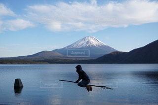 富士山を背景に水域で泳いでいるの写真・画像素材[3468586]