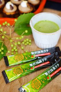 ネスカフェ贅沢抹茶ラテと和スイーツの写真・画像素材[1300714]