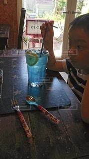 子ども,飲み物,カフェ,インテリア,氷,ガラス,コップ,食器,ソーダ,ドリンク,男の子,炭酸,ライフスタイル,ジョンソンタウン
