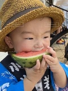 スイカとはっぴと麦わら帽子の写真・画像素材[3501926]