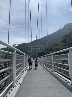 吊り橋を渡るの写真・画像素材[3541008]