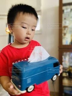 子ども,インテリア,屋内,車,レトロ,手持ち,人物,雑貨,ティッシュケース,ティッシュ,幼児,ポートレート,2歳,ティッシュボックス,ライフスタイル,手元