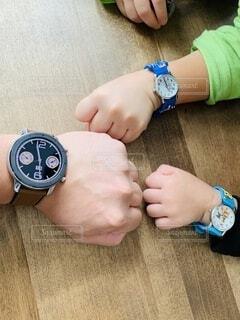親子で腕時計の写真・画像素材[3791312]