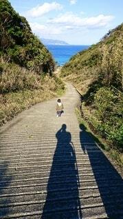砂浜へ続く坂道と長い影の写真・画像素材[3898417]
