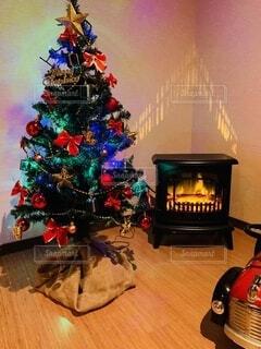 暖炉型ヒーターとクリスマスツリーの写真・画像素材[3905364]