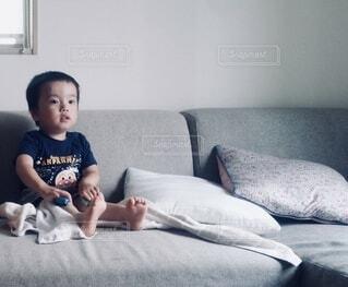 ソファでくつろぐ子どもの写真・画像素材[4013486]