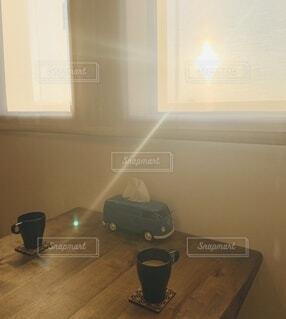 冬,コーヒー,屋内,朝日,窓,家,テーブル,逆光,眩しい,マグカップ,家具,正月,朝,ダイニング,ティッシュケース,お正月,日の出,新年,初日の出,おうち,ひと息,レースカーテン,おうち時間
