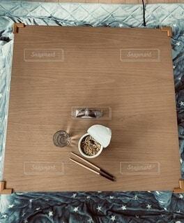 コタツでカップラーメンの写真・画像素材[4077440]