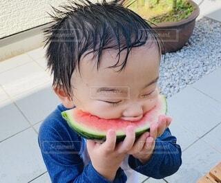 スイカにかぶりつく男の子の写真・画像素材[4101072]