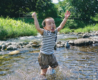 川場村の清流で水遊びの写真・画像素材[4278626]