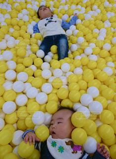 黄色と白のボールプールの写真・画像素材[4295725]