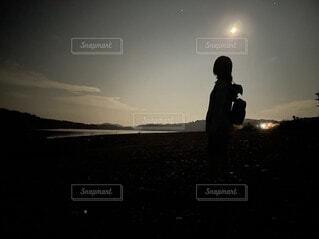 空,屋外,ビーチ,雲,夕暮れ,月,人物,人,立つ