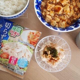 テーブルの上に食べ物を1杯入れるの写真・画像素材[3671265]