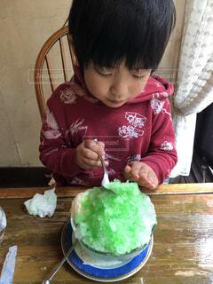 かき氷をすくう男の子の写真・画像素材[4744730]