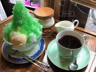 食べ物の皿とコーヒー1杯の写真・画像素材[4744729]