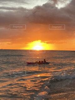 オレンジ色の夕陽とボートの写真・画像素材[3477033]