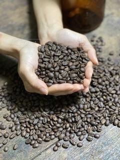 コーヒー,手,手持ち,人物,ポートレート,コーヒー豆,ライフスタイル,手元,お家時間,焙煎したて
