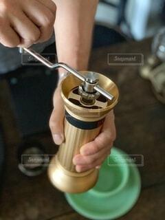 コーヒー,手,楽しい,手持ち,豆,人物,ポートレート,コーヒー豆,素敵,ライフスタイル,手元,コーヒーミル,コーヒーグラインダー,コーヒーライフ,コーヒー抽出,挽きたてコーヒー
