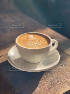 カフェ,コーヒー,屋内,テーブル,スプーン,リラックス,食器,カップ,カプチーノ,エスプレッソ,ラテアート,カフェオレ,おうちカフェ,ドリンク,ラテ,フラットホワイト,おうち,コーヒー牛乳,ライフスタイル,カフェイン,飲料,モカ,ホワイトコーヒー,インスタントコーヒー,マキアート,食器類,おうち時間,お家時間,受け皿,コーヒー飲料