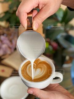 カフェ,コーヒー,屋内,ハート,人物,リラックス,食器,カップ,カプチーノ,カフェラテ,ラテアート,おうちカフェ,ドリンク,コーヒーカップ,おうち,ライフスタイル,飲料,おうち時間,ラテボウル