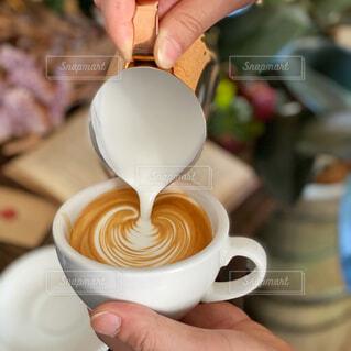 カフェ,コーヒー,人物,リラックス,人,食器,カップ,カフェラテ,ラテアート,おうちカフェ,ミルク,趣味,ドリンク,おうち,ライフスタイル,飲料,お家コーヒー,食器類,コーヒー カップ,おうち時間,受け皿,ラテボウル