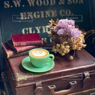 カフェ,花,ケーキ,コーヒー,花瓶,本,ドライフラワー,テーブル,皿,リラックス,癒し,マグカップ,食器,トランク,カップ,カプチーノ,カフェラテ,ラテアート,おうちカフェ,ドリンク,おうち,ライフスタイル,テキスト,ゆとり,食器類,コーヒー カップ,おうち時間