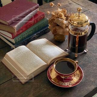 カフェ,コーヒー,本,読書,テーブル,リラックス,癒し,カップ,コーヒータイム,おうちカフェ,趣味,ドリンク,まったり,おうち,ライフスタイル,フレンチプレス,ゆとり,おうち時間