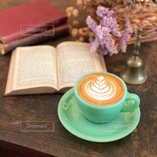 カフェ,コーヒー,屋内,本,読書,テーブル,リラックス,癒し,食器,カップ,カプチーノ,カフェラテ,コーヒータイム,ラテアート,おうちカフェ,ドリンク,おうち,ライフスタイル,食器類,コーヒー カップ,おうち時間,受け皿