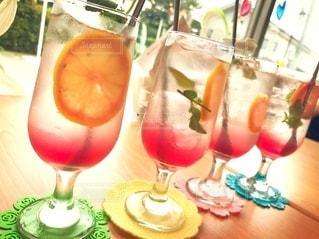 飲み物,インテリア,夏,水,氷,ガラス,コップ,食器,レモン,グラス,ドリンク,ライフスタイル,並ぶ,4つ,マドラー,二層