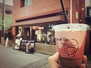 カフェ,コーヒー,屋外,手持ち,人物,カップ,おいしい,ポートレート,ドリンク,ライフスタイル,手元,飲料,ソフトド リンク