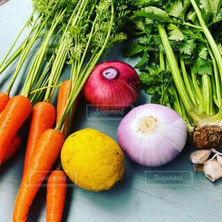 まな板に様々な新鮮な野菜の写真・画像素材[3678979]