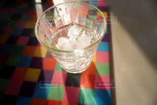 飲み物,インテリア,カラフル,水,室内,影,氷,ガラス,光,コップ,食器,グラス,ドリンク,カラー,冷たい,ライフスタイル,クローズアップ,明暗