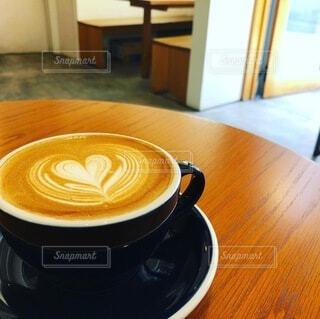 木製のテーブルの上に座っているコーヒーを一杯の写真・画像素材[4792247]