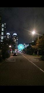 夜の街の通りの眺めの写真・画像素材[3525061]