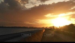 背景に夕日があるの写真・画像素材[3525147]