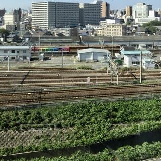 建物を背景にした列車の線路上の列車の写真・画像素材[3511520]