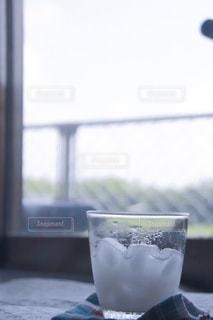 飲み物,インテリア,ジュース,水,窓,氷,ガラス,コップ,食器,カップ,ドリンク,ライフスタイル,ソフトド リンク