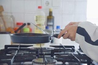 台所で料理をする人の写真・画像素材[3496627]