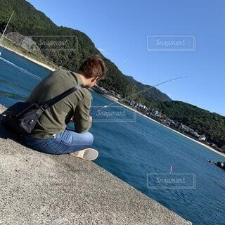景色と服がおなじ釣り人の写真・画像素材[4298070]