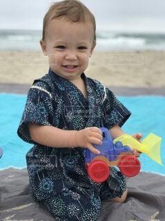 海辺で遊ぶ小さな子どもの写真・画像素材[4638013]
